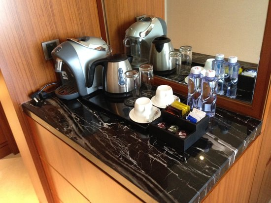 L'Hermitage Hotel: Coffee making facility in room