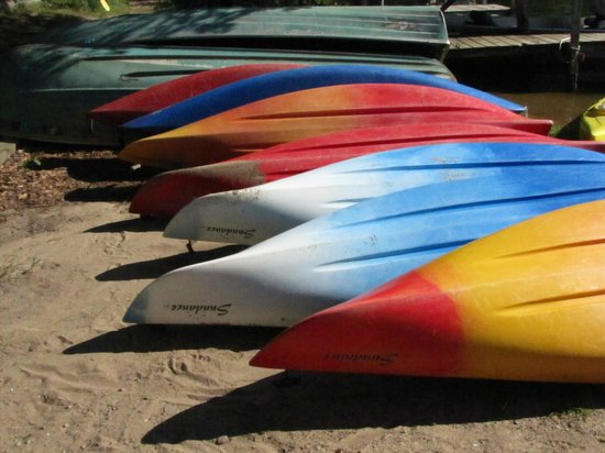 Breezy Point Resort: Kayaks waiting to be used.