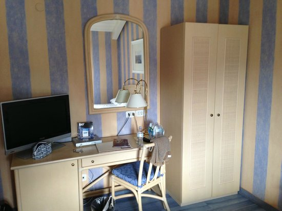 Grande Albergo Ausonia & Hungaria: Bedroom desk and wardrobe