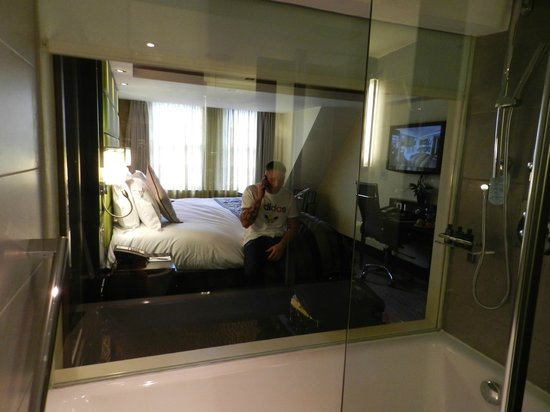 London City Suites By Montcalm: Bathroom/bedroom
