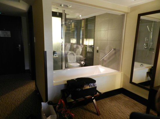 London City Suites By Montcalm: See through to the bathroom