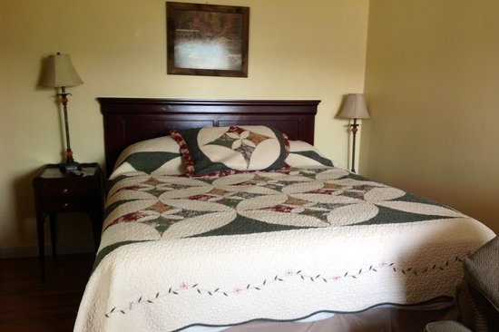 Valley Brook Cottages: queen bed cabin 7
