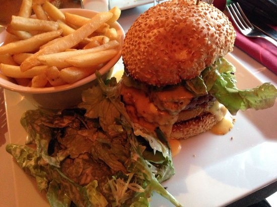 La Chicoree: Special burger with cheese and hash brown! Yummy