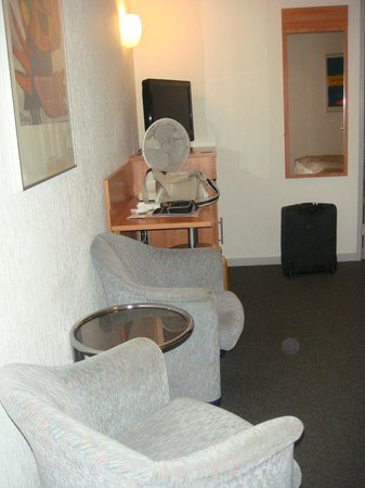 Rho Hotel: tele, scrivania, 2 poltrone + tavolino