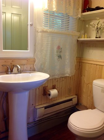 Valley Brook Cottages: Updated baths with shower