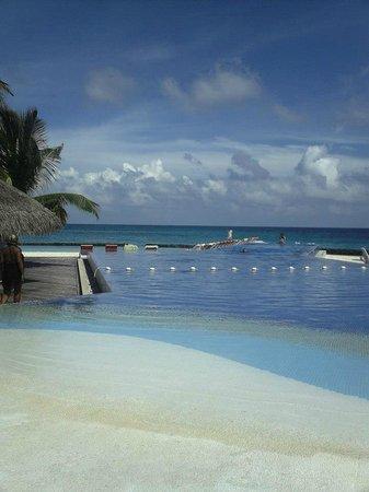 Kuramathi Island Resort: Piscine sur la plage