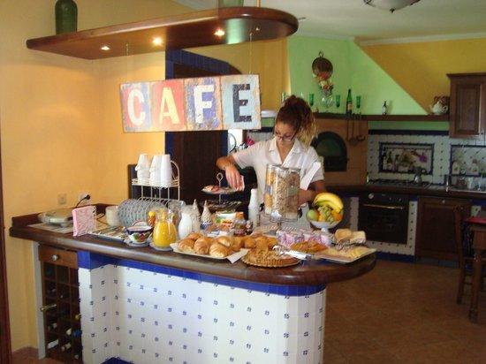 Villa Monica B&B: Alisia serving breakfast