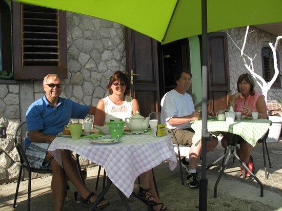 Villa Monica B&B: Breakfast on the patio