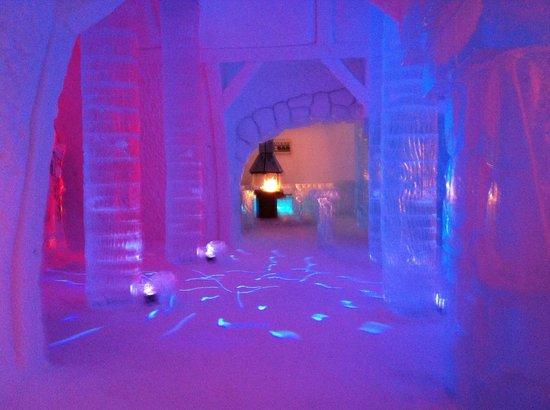 Hotel de Glace: bar dance floor area !
