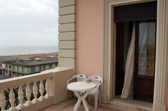 Hotel Villa Tina: Terrasse von Zimmer 204