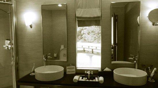 Kuramathi Island Resort: SDB de la villa piloti jacuzzi