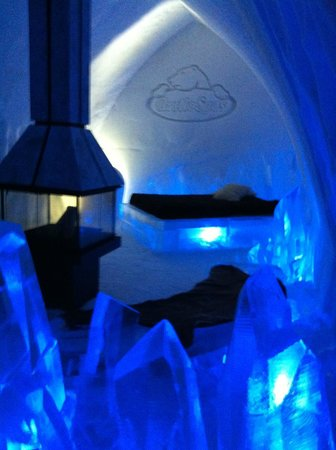 Hotel de Glace: themed suite with fireplace and private jacuzzi