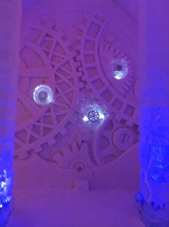 Hotel de Glace: cool design on the wall through the complex
