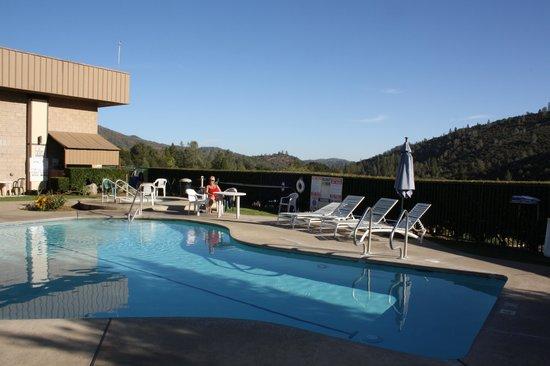 Miners Inn Motel: aan het zwembad