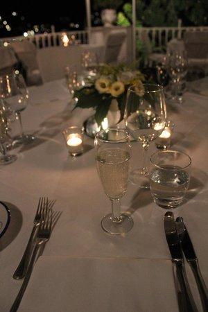Hotel Poseidon: ウェディングディナーを予約したときのテーブル。白いお花が飾られていました。