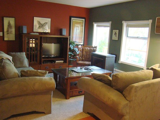 Anchors Inn : Spacious bright living room with gas fireplace