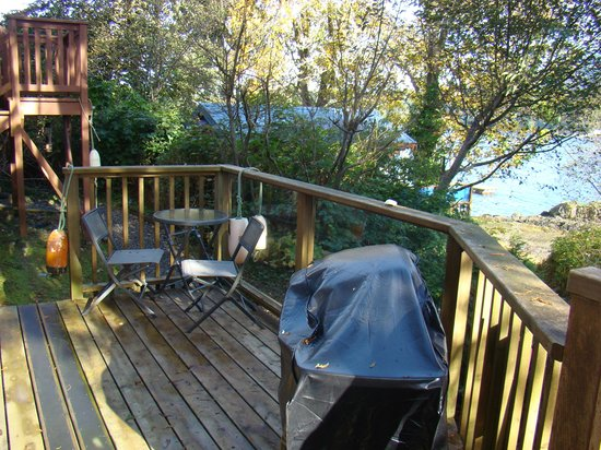 Anchors Inn: Deck for barbecues or a morning coffee