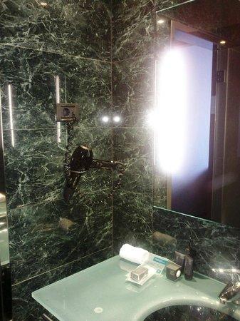 AC Hotel Gijón: ¡Un secador profesional en el baño!...esto sí es nivel