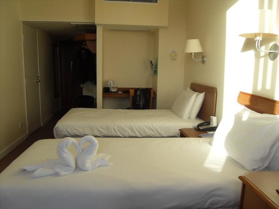 Airport Inn Gatwick: Bedroom - nice touch with the towels!