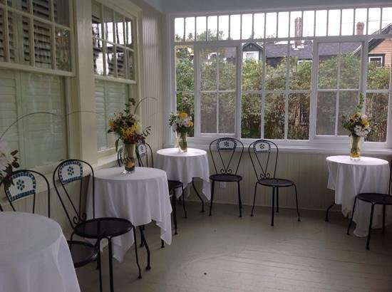 Inn on Shore Road: Sun room over looking the lawn which is filled with beautiful flowers