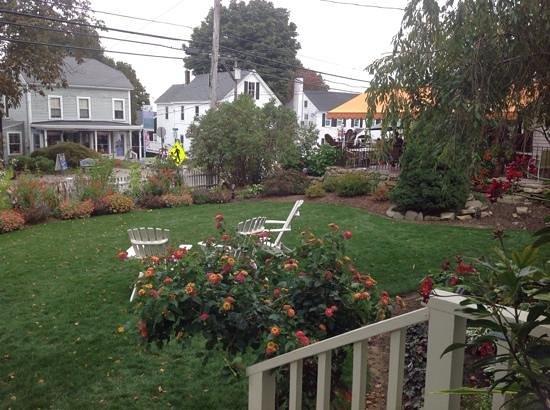 Inn on Shore Road: Flower filled lawn