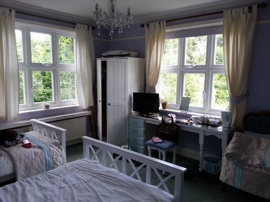 Hill House Guest House: Large, airy room
