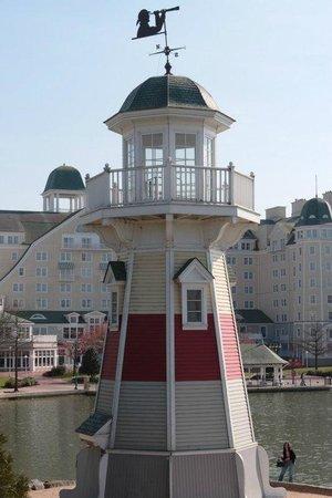Une photo du phare de l'hot Newport  Disney-s-newport-bay