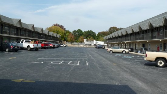 Days Inn by Wyndham Springfield/Phil. Intl Airport: Outside