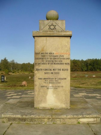 Dokumentationszentrum KZ Bergen-Belsen: A small cenotaph in the centre of the memorial ground