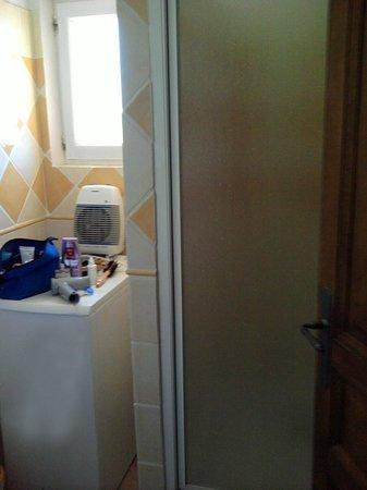 Domaine du Chene Vert : Radiateur sur machine à laver ! Très tendance !