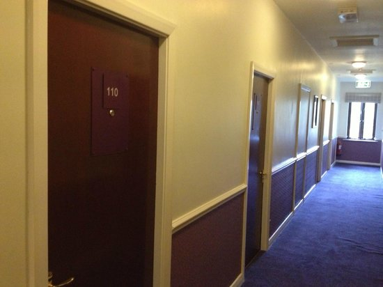 Premier Inn Carlisle Central North Hotel: Corridor styled on a prison somewhere?