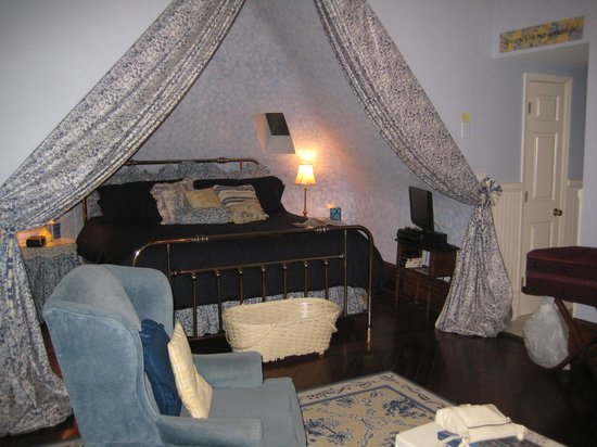 Sugar Magnolia Bed & Breakfast: Lovely comfortable bed