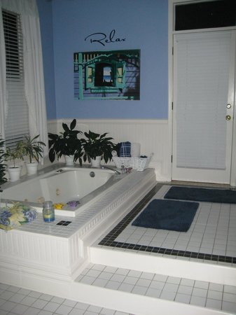Sugar Magnolia Bed & Breakfast : Sunken bath with shower and w.c. to the right hand side