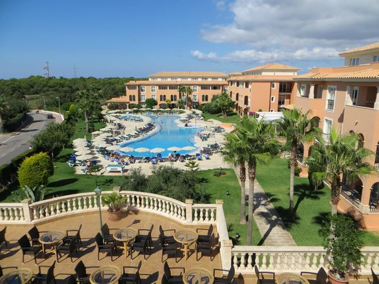 Grupotel Macarella Suites & Spa : Overlooking the terrace bar and the pool