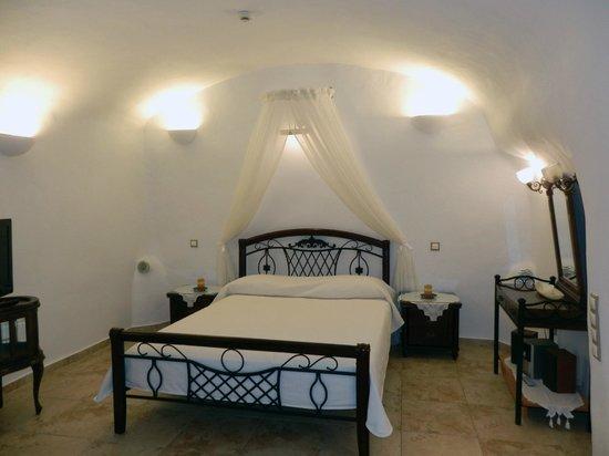 Santorini Mansion at Imerovigli: Bedroom area
