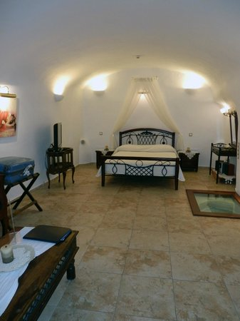 Santorini Mansion at Imerovigli: The cave apartment