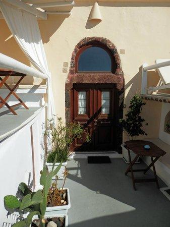 Santorini Mansion at Imerovigli: Door to the apartment
