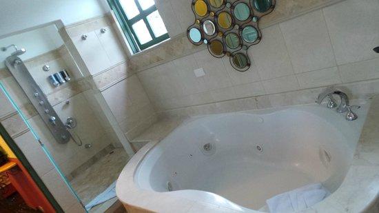 Hotel Casa Turire: Prachtige badkamer; douche werkt helaas niet zoals verwacht.