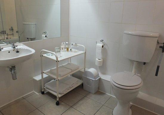Cape Town Lodge: La salle de bain un peu tristounette