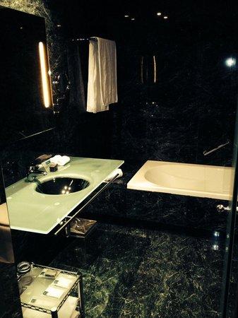 AC Hotel Barcelona Forum by Marriott : Salle de bain