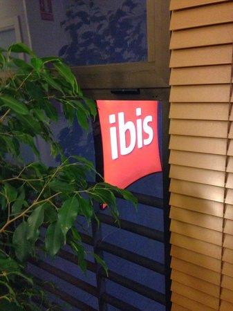 ibis Budget Malaga Aeropuerto Avenida Velazquez: Detalle de la vista del cartel exterior desde la última planta.