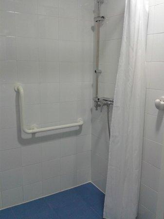 Albergue Inturjoven & Spa Jaen: Baño privado, habitación doble