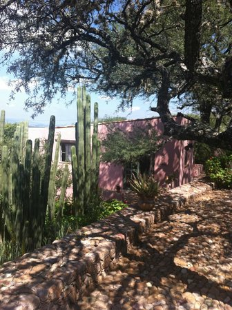 Sagrada Boutique Hotel: gardens approaching casita