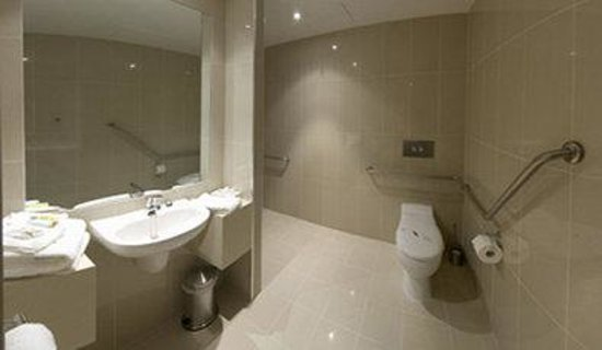 Atlantis Hotel: Mobility Accessible Bathroom