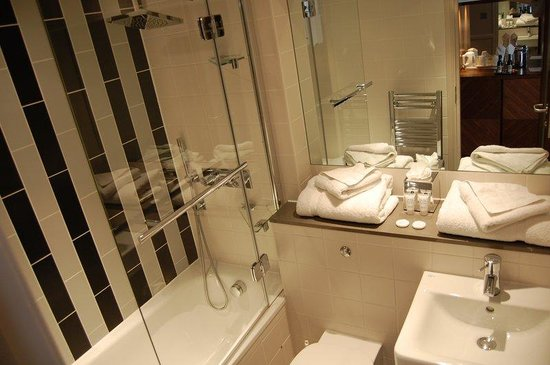 Guest bathroom picture of best western mornington hotel for Best western bathrooms