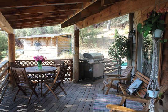 Evergreen Haus: BBQ on the porch