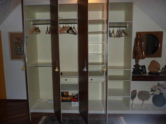 Les Arceaux: spacious closet