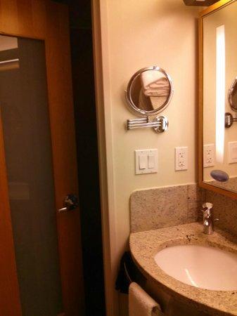 The Jewel facing Rockefeller Center: Bathroom