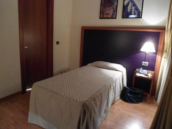 Smooth Hotel Rome West : Quarto, a porta é para o banheiro