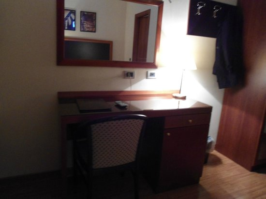 Smooth Hotel Rome West : Escrivaninha com a TV acima